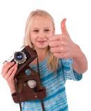 Muchacha adolescente con la cámara retra en un fondo blanco Fotos de archivo