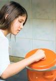 Muchacha adolescente con la cacerola Fotografía de archivo libre de regalías