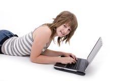 Muchacha adolescente con la computadora portátil Imágenes de archivo libres de regalías