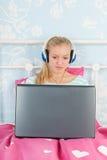 Muchacha adolescente con la computadora portátil Fotos de archivo libres de regalías