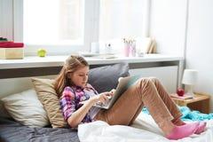 Muchacha adolescente con la computadora portátil Fotos de archivo