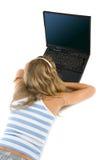 Muchacha adolescente con la computadora portátil aislada en blanco Imagen de archivo libre de regalías
