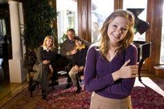 Muchacha adolescente con la familia por el piano Imagen de archivo