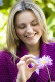 Muchacha adolescente con la flor Fotografía de archivo libre de regalías