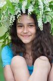 Muchacha adolescente con la guirnalda de flores de cerezo en su cabeza Imagen de archivo