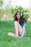 Muchacha adolescente con la guirnalda de flores de cerezo en su cabeza Fotografía de archivo