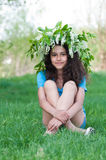 Muchacha adolescente con la guirnalda de flores de cerezo en su cabeza Foto de archivo
