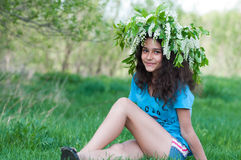 Muchacha adolescente con la guirnalda de flores de cerezo en su cabeza Imagen de archivo libre de regalías