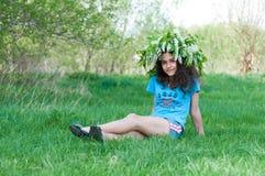 Muchacha adolescente con la guirnalda de flores de cerezo en su cabeza Imágenes de archivo libres de regalías