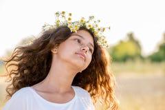 Muchacha adolescente con la guirnalda de margaritas Imágenes de archivo libres de regalías
