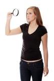Muchacha adolescente con la lupa Foto de archivo