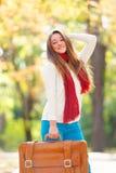 Muchacha adolescente con la maleta Fotos de archivo