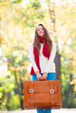Muchacha adolescente con la maleta Imagenes de archivo