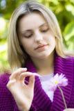Muchacha adolescente con la margarita Imagenes de archivo