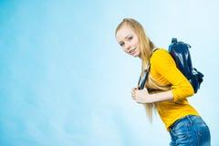 Muchacha adolescente con la mochila de la escuela Imágenes de archivo libres de regalías