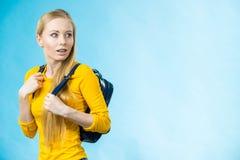 Muchacha adolescente con la mochila de la escuela Imagenes de archivo