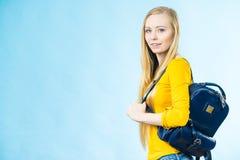 Muchacha adolescente con la mochila de la escuela Foto de archivo