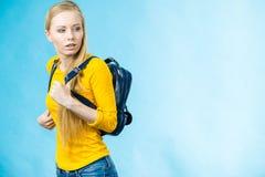 Muchacha adolescente con la mochila de la escuela Foto de archivo libre de regalías