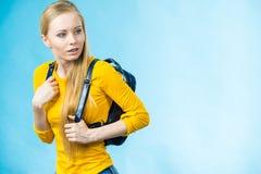 Muchacha adolescente con la mochila de la escuela Fotografía de archivo libre de regalías