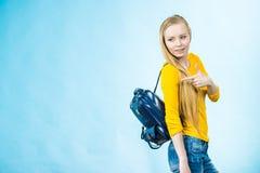 Muchacha adolescente con la mochila de la escuela Fotos de archivo