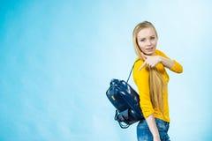 Muchacha adolescente con la mochila de la escuela Fotografía de archivo