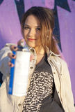 Muchacha adolescente con la poder de la pintura de aerosol Fotos de archivo