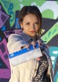 Muchacha adolescente con la poder de la pintura de aerosol Foto de archivo libre de regalías
