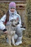 muchacha adolescente con la primavera gris del perrito Foto de archivo