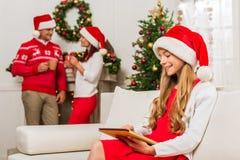 Muchacha adolescente con la tableta en la Navidad Imagen de archivo