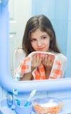 Muchacha adolescente con la toalla Fotos de archivo