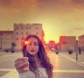Muchacha adolescente con las bengalas en la puesta del sol en la ciudad Fotos de archivo