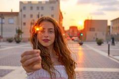 Muchacha adolescente con las bengalas en la puesta del sol en la ciudad Fotografía de archivo libre de regalías