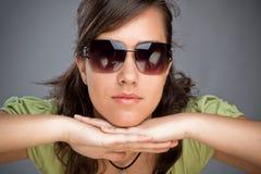 Muchacha adolescente con las gafas de sol Foto de archivo