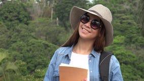 Muchacha adolescente con las gafas de sol en verano Imagenes de archivo
