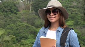 Muchacha adolescente con las gafas de sol en verano Imagen de archivo