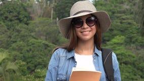 Muchacha adolescente con las gafas de sol en verano Foto de archivo libre de regalías