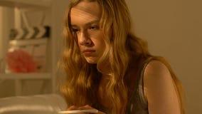 Muchacha adolescente con las manos de temblor que llevan a cabo la prueba de embarazo, ansiosa por resultado almacen de video
