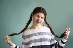 Muchacha adolescente con las trenzas marrones largas trenzadas del pelo Imágenes de archivo libres de regalías