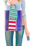 Muchacha adolescente con los bolsos de compras de donante de la tarjeta de crédito Imagen de archivo libre de regalías
