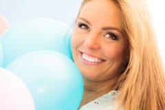 Muchacha adolescente con los globos coloridos Fotografía de archivo