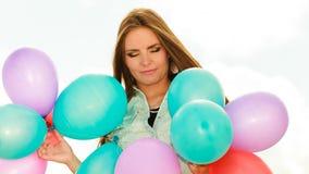 Muchacha adolescente con los globos coloridos Foto de archivo libre de regalías