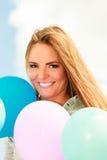 Muchacha adolescente con los globos coloridos Imagen de archivo