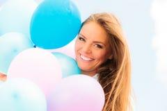 Muchacha adolescente con los globos coloridos Fotos de archivo libres de regalías