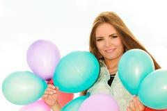Muchacha adolescente con los globos coloridos Fotos de archivo
