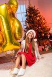 Muchacha adolescente con los globos del Año Nuevo Imágenes de archivo libres de regalías