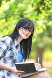 Muchacha adolescente con los libros Imagen de archivo libre de regalías