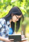 Muchacha adolescente con los libros Fotos de archivo libres de regalías