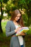 Muchacha adolescente con los libros en manos Foto de archivo