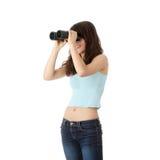 Muchacha adolescente con los prismáticos Fotos de archivo