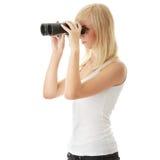 Muchacha adolescente con los prismáticos Imagenes de archivo